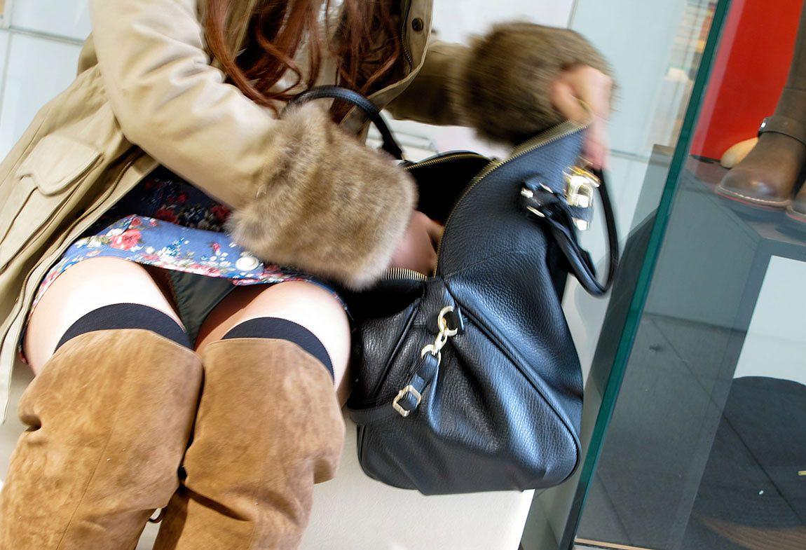 【パンチラエロ画像】平気でパンツを見せちゃう座り人たちの無防備な股下www 03