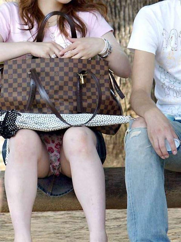 【パンチラエロ画像】平気でパンツを見せちゃう座り人たちの無防備な股下www 04