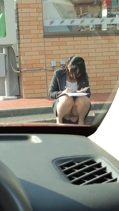 【パンチラエロ画像】平気でパンツを見せちゃう座り人たちの無防備な股下www 10