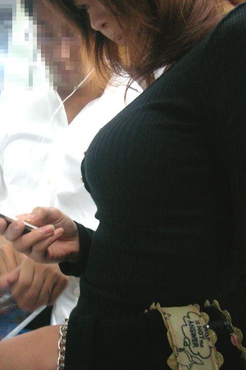 【着胸エロ画像】ニットは特に注目!冬でも絶対にいる着衣巨乳の方々www 04