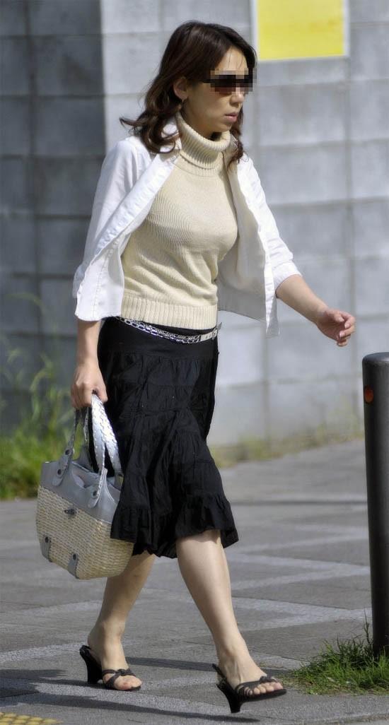 【着胸エロ画像】ニットは特に注目!冬でも絶対にいる着衣巨乳の方々www 05