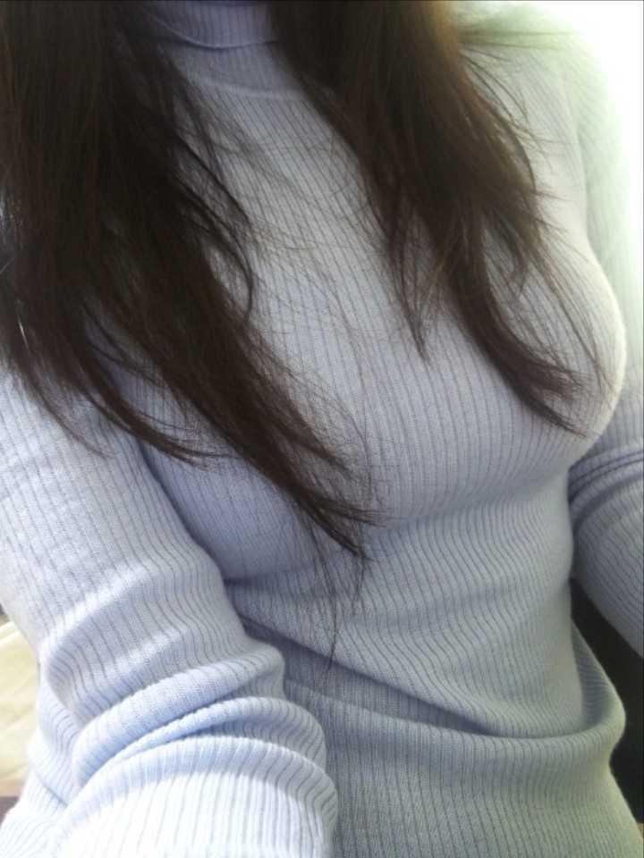 【着胸エロ画像】ニットは特に注目!冬でも絶対にいる着衣巨乳の方々www 07