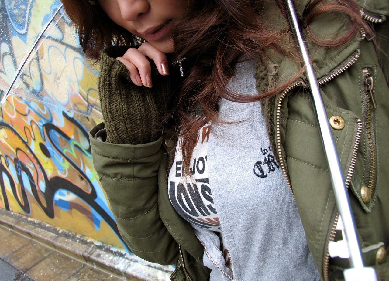【着胸エロ画像】ニットは特に注目!冬でも絶対にいる着衣巨乳の方々www 08