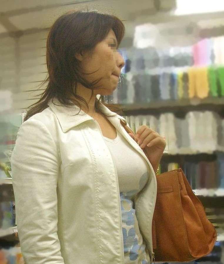 【着胸エロ画像】ニットは特に注目!冬でも絶対にいる着衣巨乳の方々www 11
