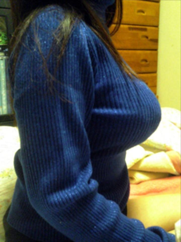 【着胸エロ画像】ニットは特に注目!冬でも絶対にいる着衣巨乳の方々www 14