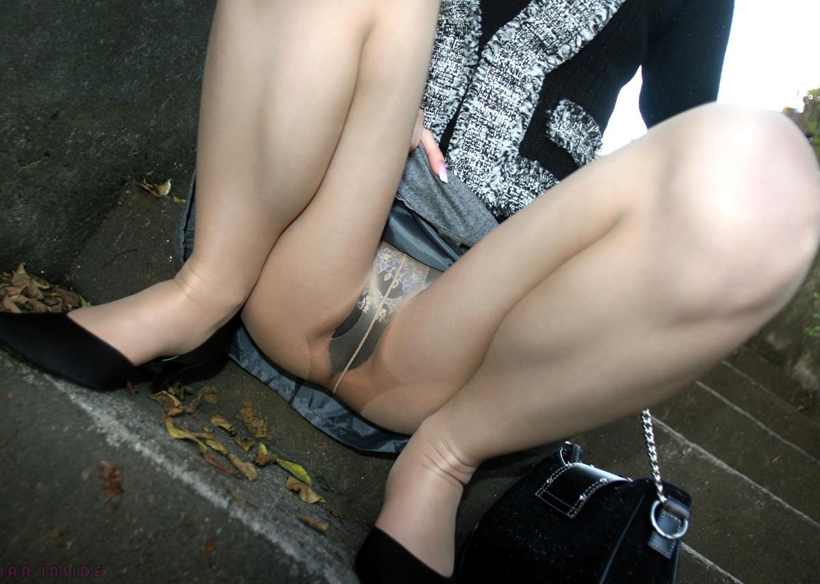 【パンモロエロ画像】もう誘ってるよね!?故意に下着を晒すちょっとした痴女行為www 15