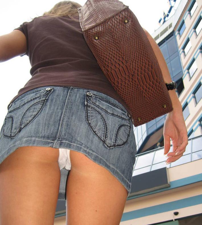 【パンチラエロ画像】中身が見える宿命背負ったミニスカ女子のパンチラwww 08