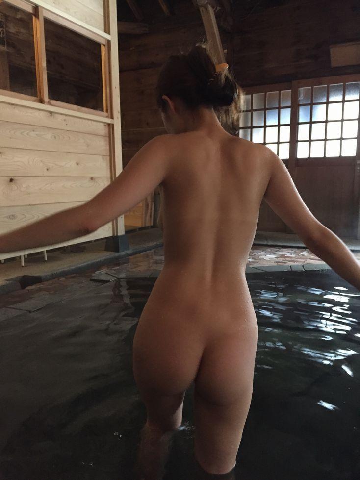 【温泉エロ画像】これもいわゆる露出w露天風呂でのヌード記念撮影www 04