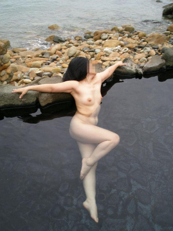 【温泉エロ画像】これもいわゆる露出w露天風呂でのヌード記念撮影www 06