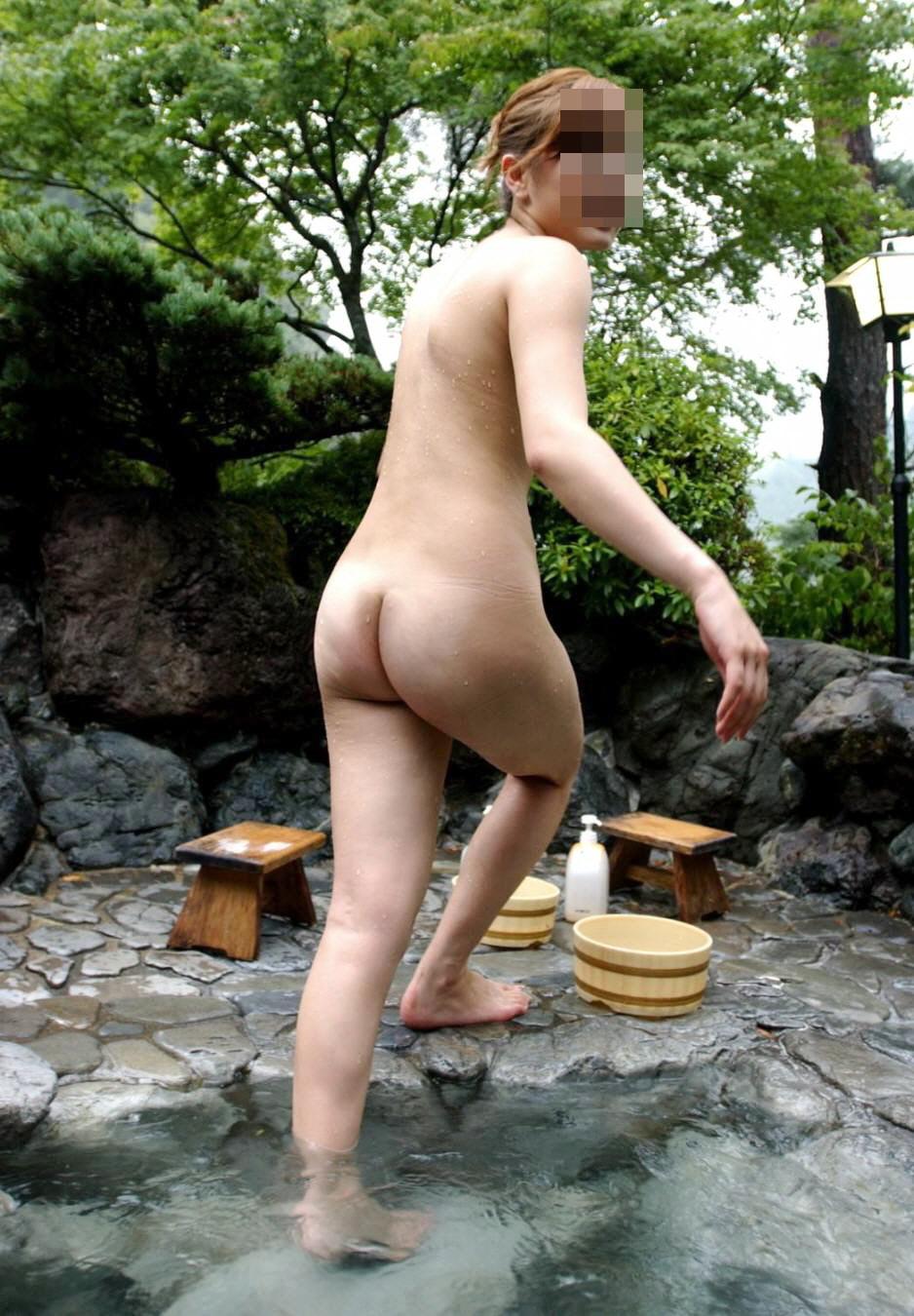 【温泉エロ画像】これもいわゆる露出w露天風呂でのヌード記念撮影www 08