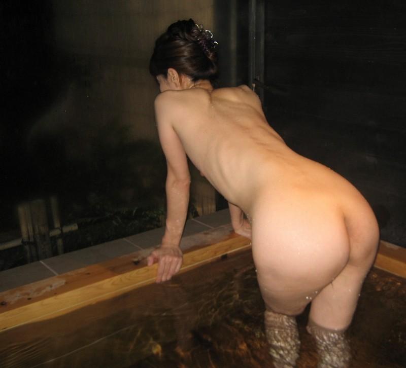 【温泉エロ画像】これもいわゆる露出w露天風呂でのヌード記念撮影www 14