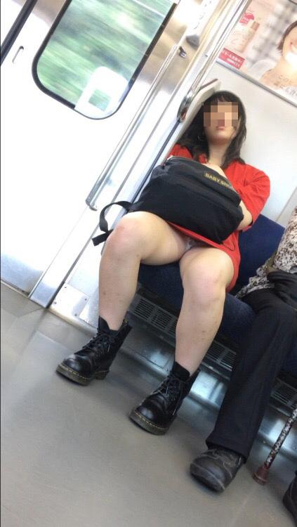 【パンチラエロ画像】見えるまでが面倒wでも見えたら嬉しい電車内パンチラwww 03