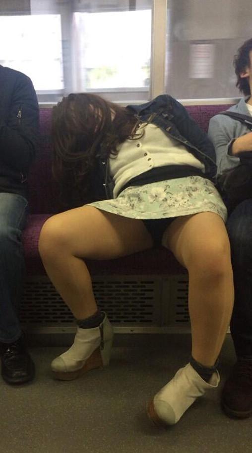 【パンチラエロ画像】見えるまでが面倒wでも見えたら嬉しい電車内パンチラwww 04