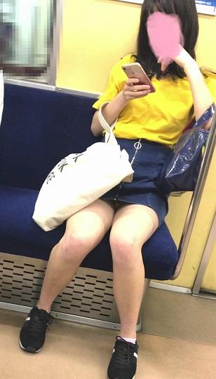 【パンチラエロ画像】見えるまでが面倒wでも見えたら嬉しい電車内パンチラwww 09