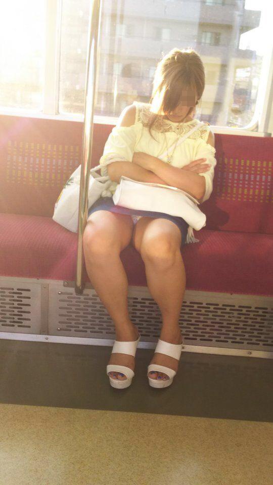 【パンチラエロ画像】見えるまでが面倒wでも見えたら嬉しい電車内パンチラwww 12