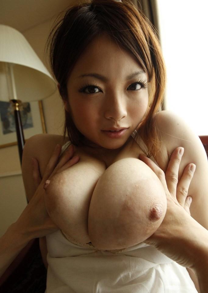 【乳揉みエロ画像】乳首摘みながら出来れば優秀w揉まれる美女の生乳www 13