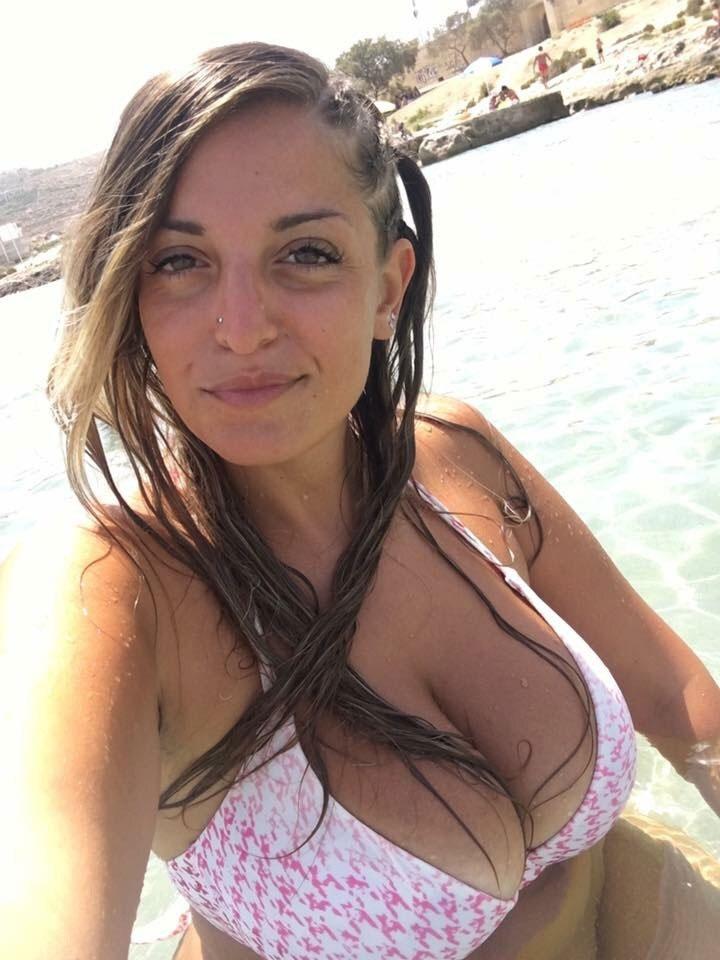 【水着エロ画像】世界の常夏の地なら居るはずのポロリ寸前なビキニ巨乳美女www 05
