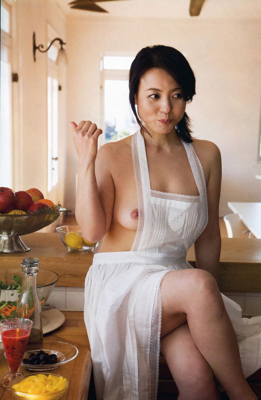 【裸エプロンエロ画像】こうやって見ると裸エプロンもただの変態スタイルだなwww 18