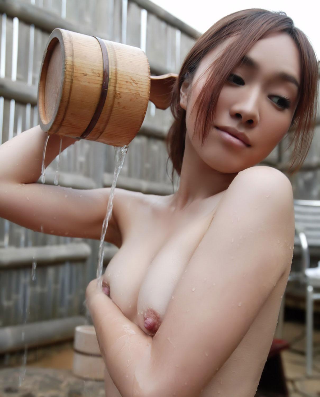 【露天風呂エロ画像】温泉でしっとり肌になった女性の野外ヌードのエロさwww