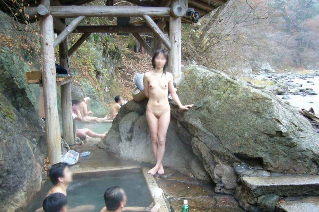 【露天風呂エロ画像】温泉でしっとり肌になった女性の野外ヌードのエロさwww 03