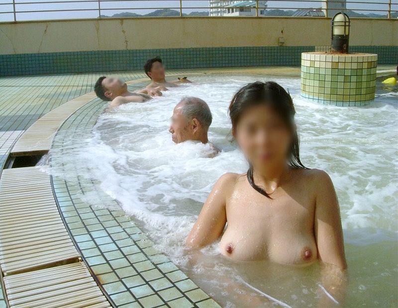 【露天風呂エロ画像】温泉でしっとり肌になった女性の野外ヌードのエロさwww 04