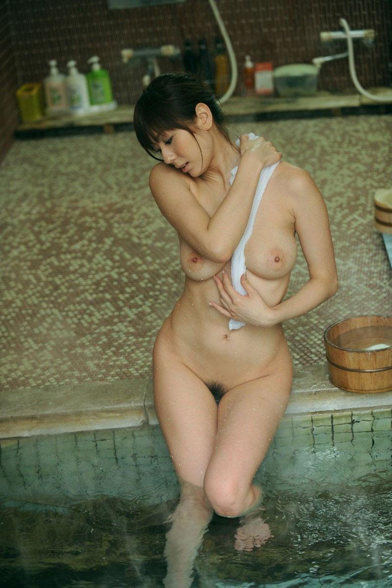 【露天風呂エロ画像】温泉でしっとり肌になった女性の野外ヌードのエロさwww 15