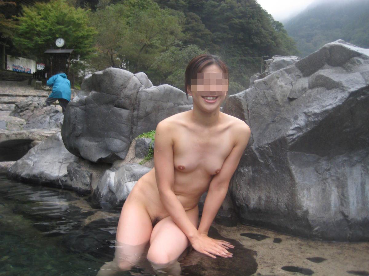 【露天風呂エロ画像】温泉でしっとり肌になった女性の野外ヌードのエロさwww 27
