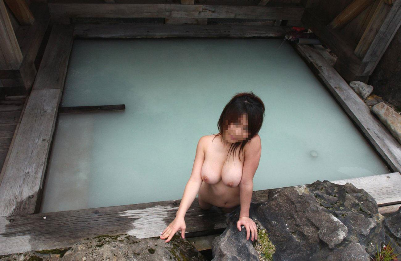 【露天風呂エロ画像】温泉でしっとり肌になった女性の野外ヌードのエロさwww 29