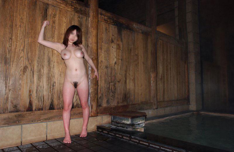 【露天風呂エロ画像】温泉でしっとり肌になった女性の野外ヌードのエロさwww 32