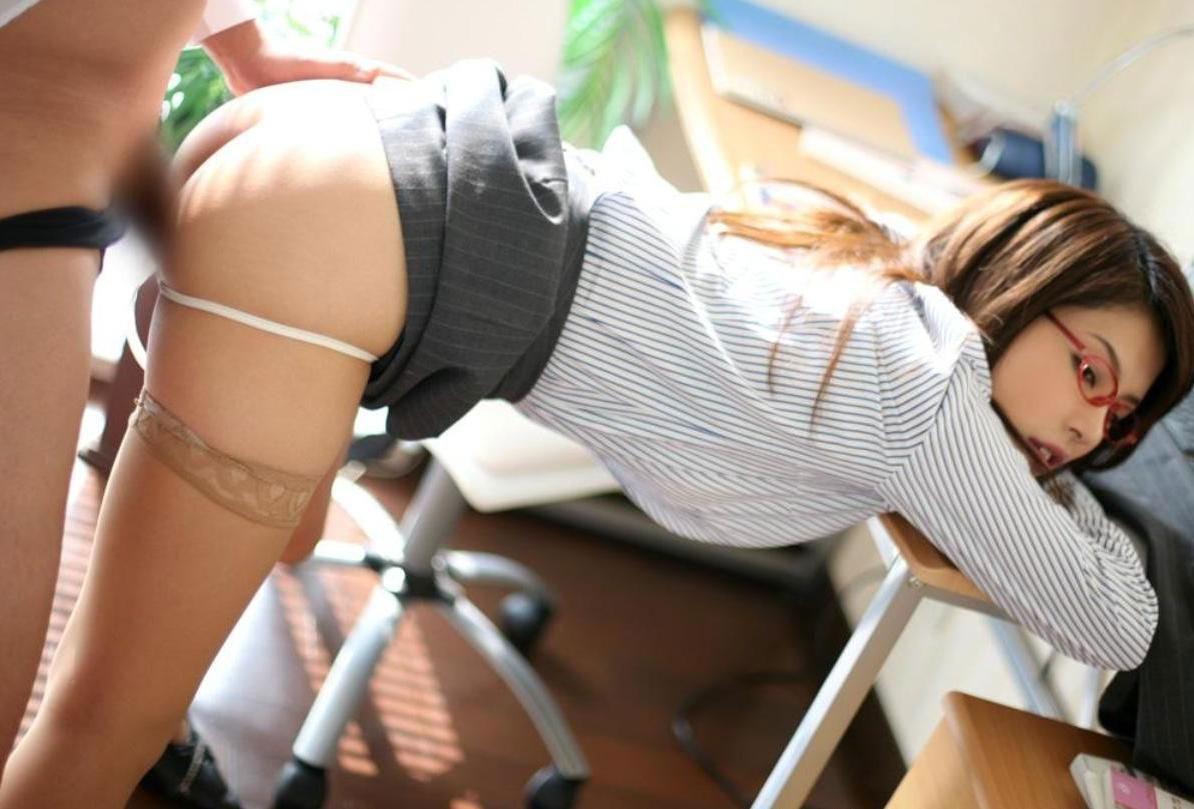 【後背位エロ画像】背筋を舐めながらクビレをナデナデしたくなるバックのハメ撮り画像! 06