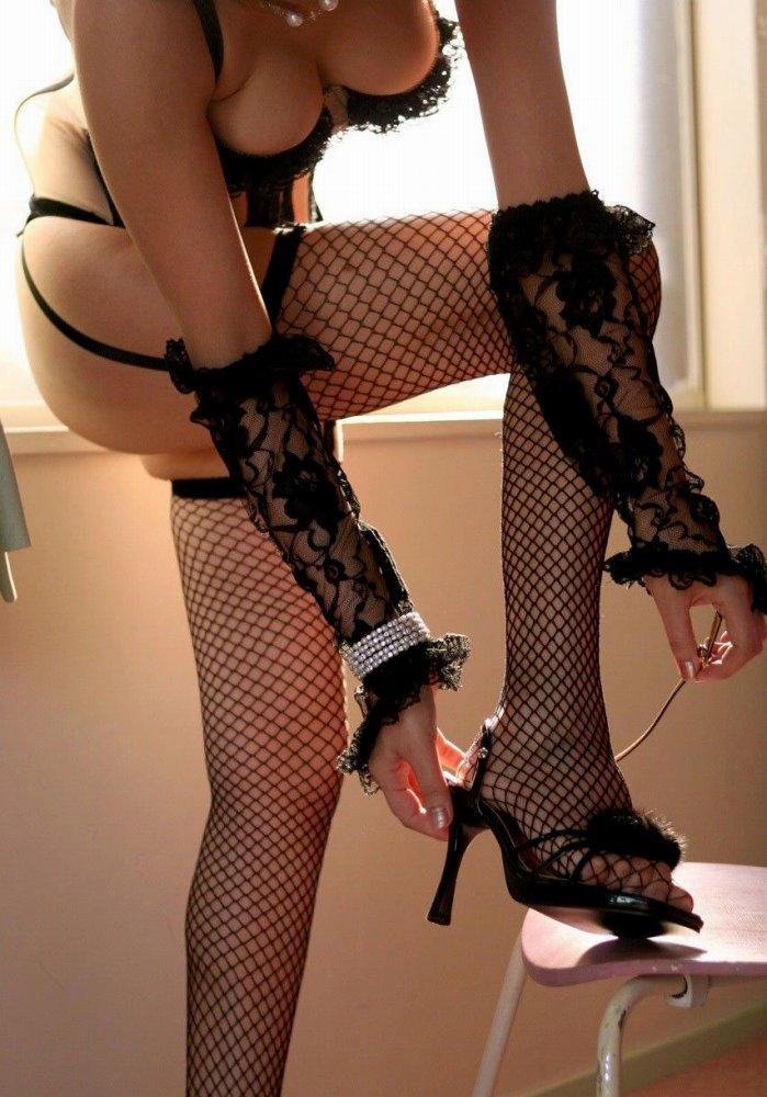 【網タイツエロ画像】脚で妖艶さを表現したいときに便利な網タイツというエログッズ!w 17