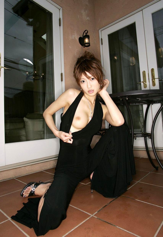 【片乳エロ画像】チラ見せっぽいさりげなさで片乳ポロリしている着衣画像まとめ! 20