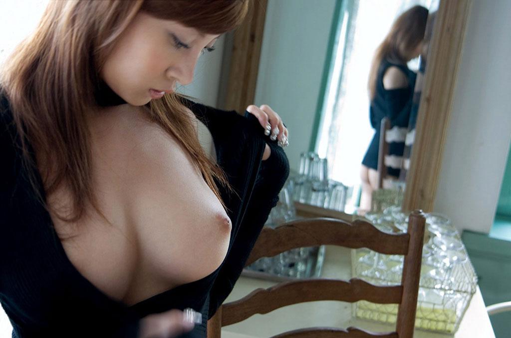 【おっぱいエロ画像】ちゃんと服を着ているのにはみ出て見えちゃってる巨乳たちwww 13