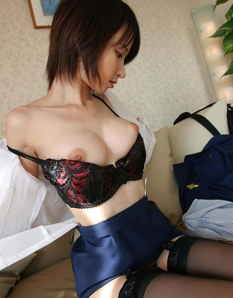 【おっぱいエロ画像】ちゃんと服を着ているのにはみ出て見えちゃってる巨乳たちwww 17