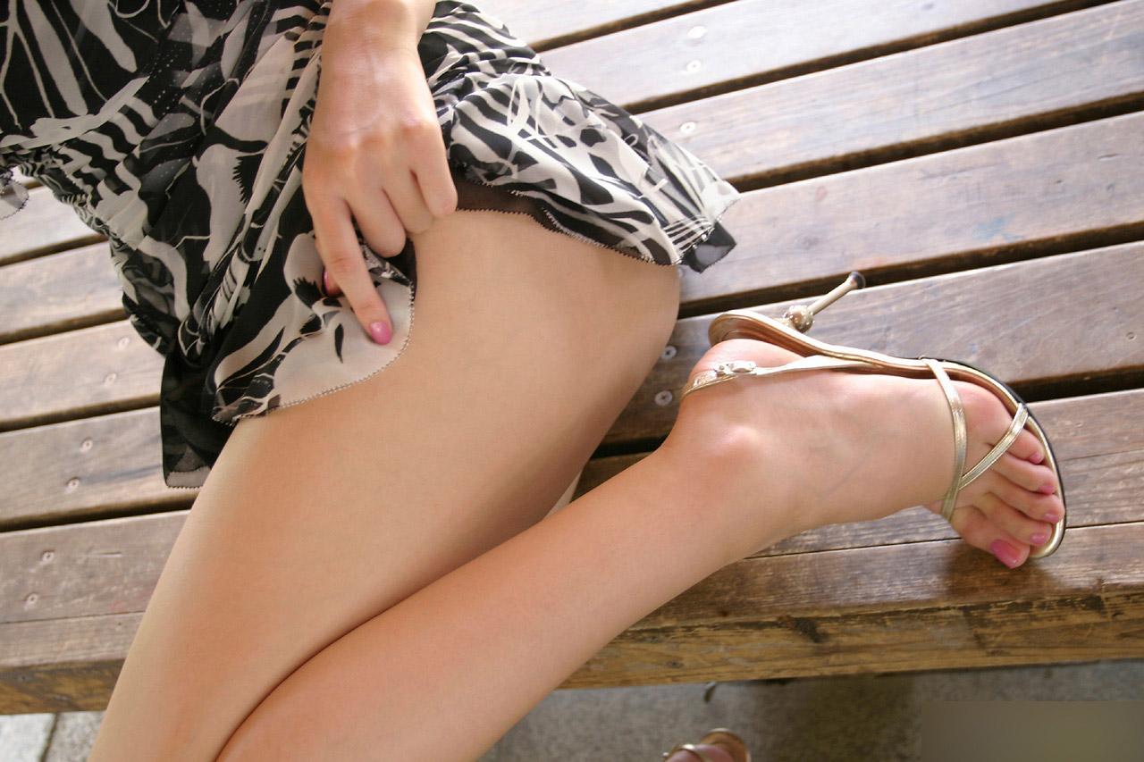 【生足エロ画像】スラリと伸びた美脚を生で楽しむ最高のエロスwww