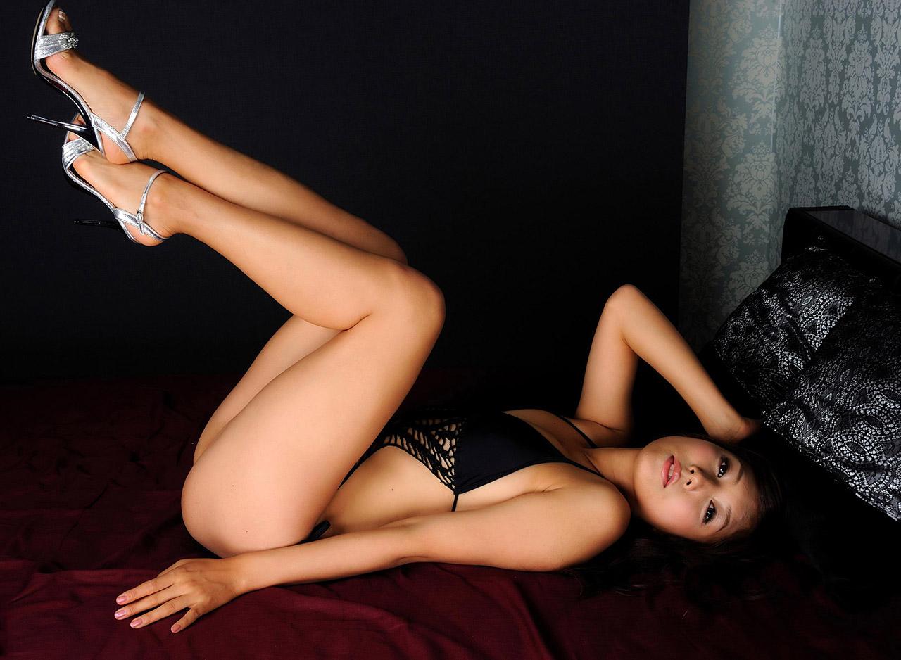 【生足エロ画像】スラリと伸びた美脚を生で楽しむ最高のエロスwww 09