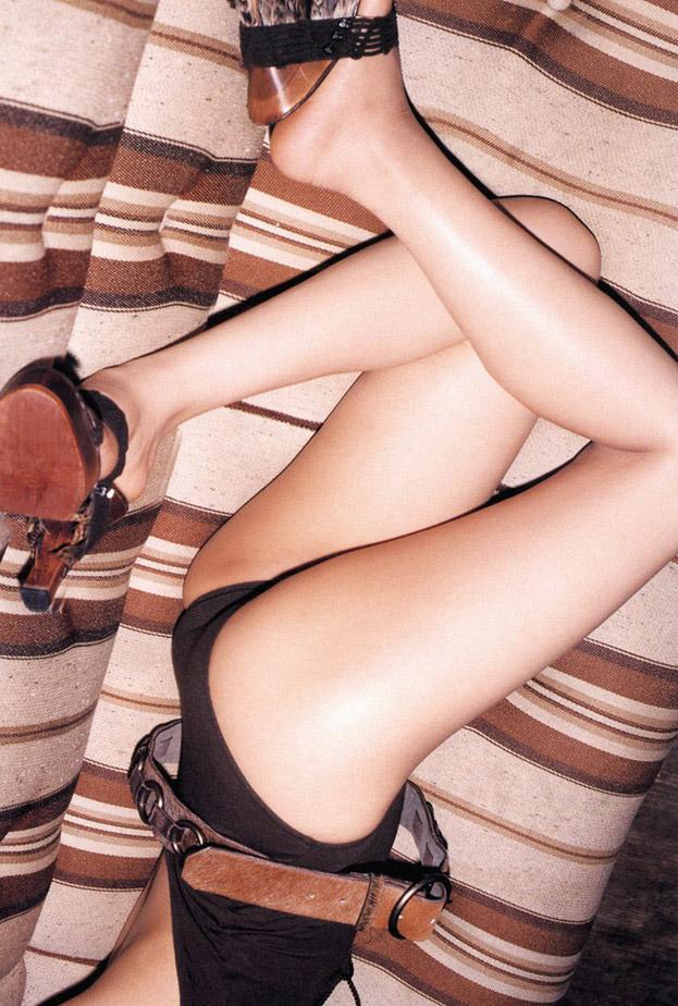 【生足エロ画像】スラリと伸びた美脚を生で楽しむ最高のエロスwww 15
