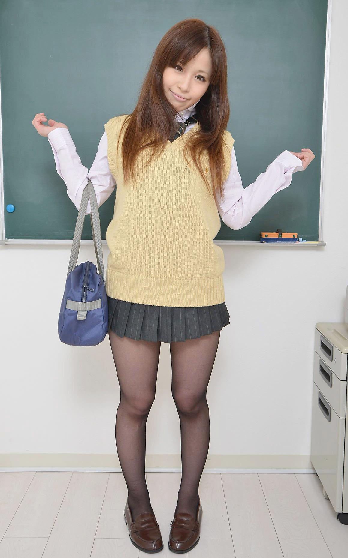 【制服エロ画像】微エロぐらいで楽しむJKコスプレを見て思春期の気持ちを思い出そう! 23