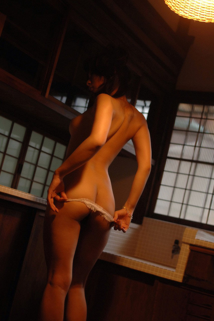【脱衣エロ画像】服を脱いでいる途中の女性が醸し出す独特のエロスにやられるwww 22