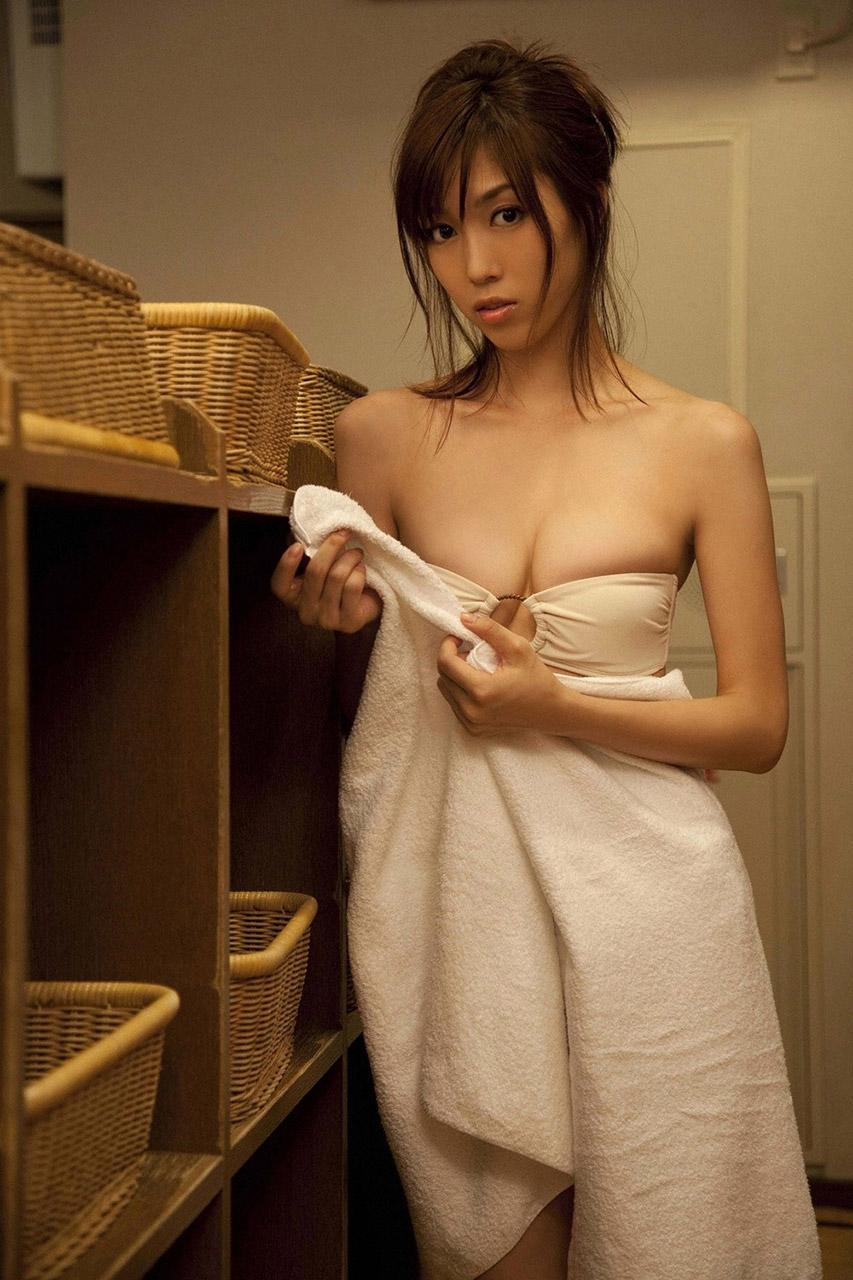 【バスタオルエロ画像】風呂上がりにタオルで体を隠している女性にいますぐ襲いかかりたい! 07