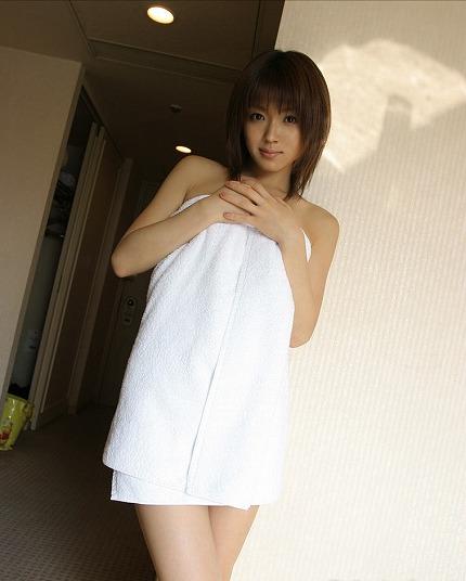【バスタオルエロ画像】風呂上がりにタオルで体を隠している女性にいますぐ襲いかかりたい! 17