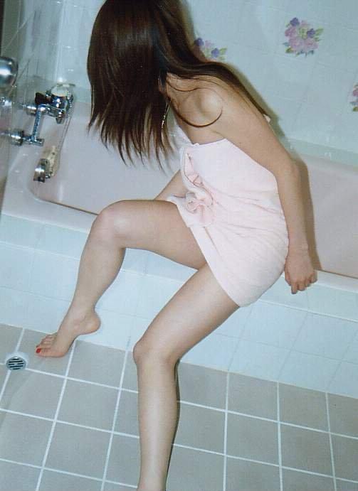【バスタオルエロ画像】風呂上がりにタオルで体を隠している女性にいますぐ襲いかかりたい! 20