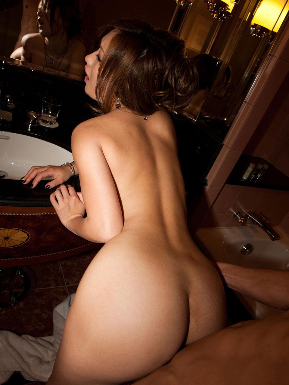 【バックエロ画像】四つん這いで挿入されて感じまくっている淫乱女www 17