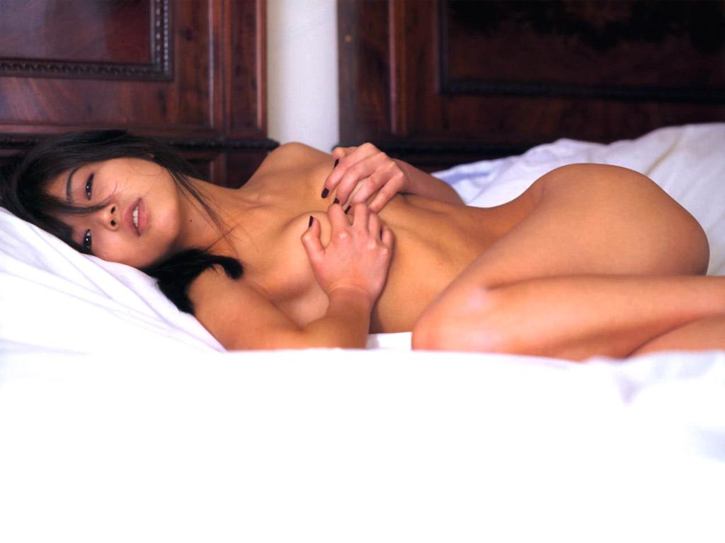 【ヌードエロ画像】立ったヌードよりエロスを感じる寝姿の全裸画像集! 05