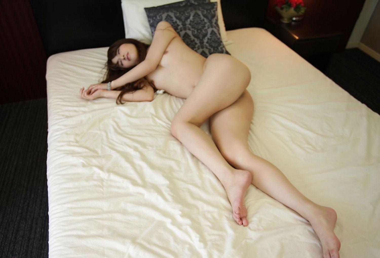 【ヌードエロ画像】立ったヌードよりエロスを感じる寝姿の全裸画像集! 16