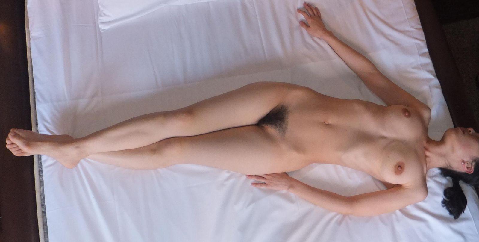 【ヌードエロ画像】立ったヌードよりエロスを感じる寝姿の全裸画像集! 21