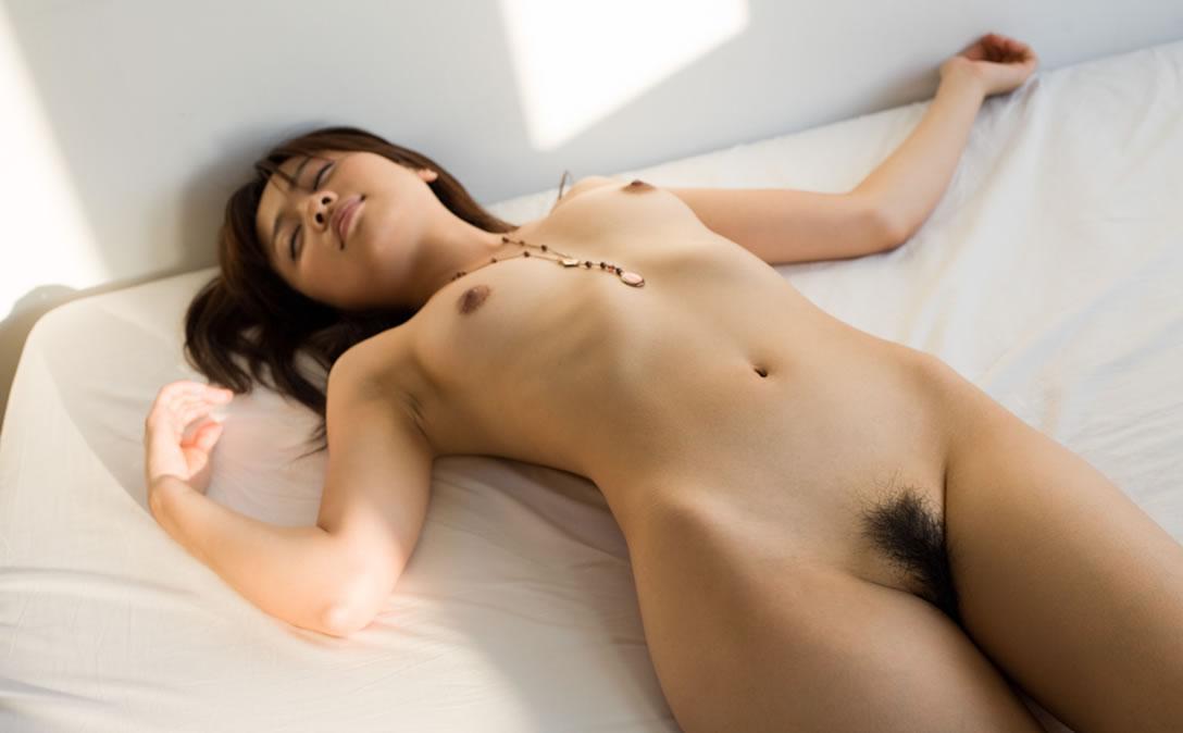【ヌードエロ画像】立ったヌードよりエロスを感じる寝姿の全裸画像集! 28