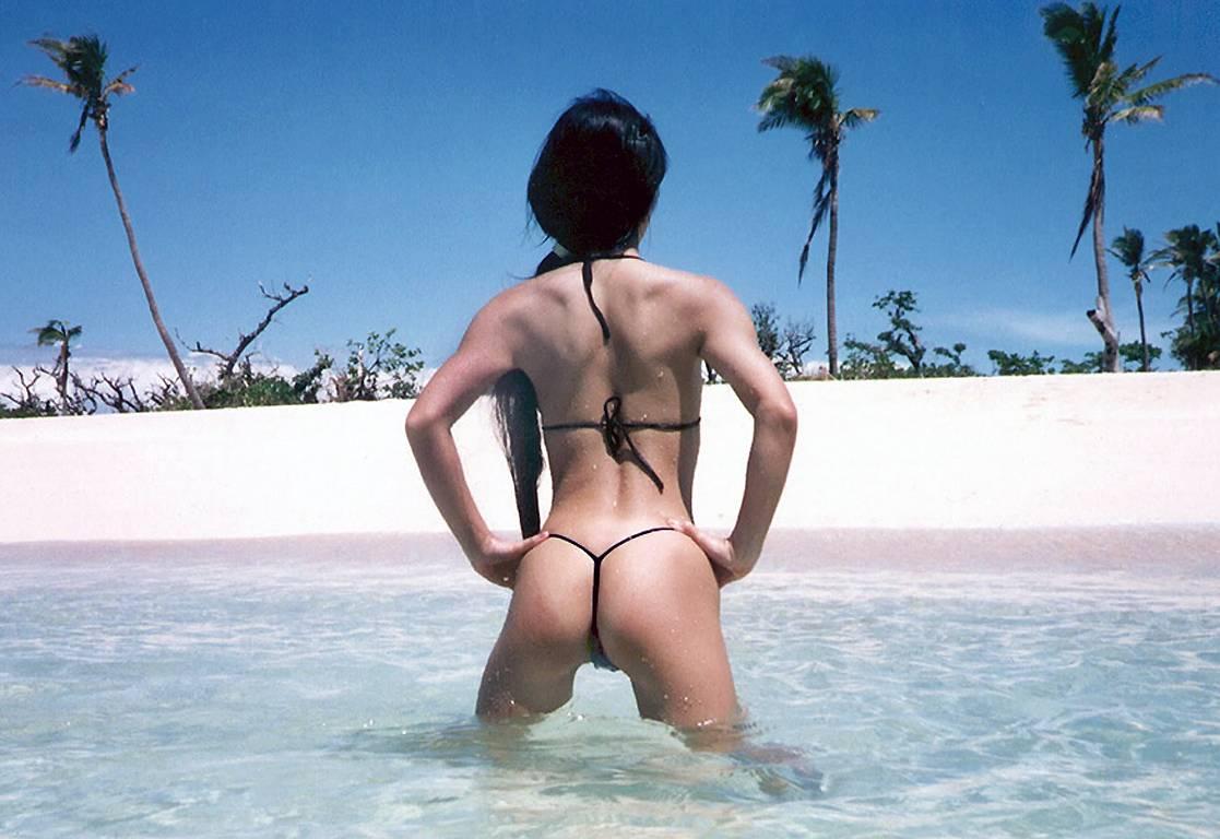 【水着エロ画像】Tバックの変態水着の用途がエロ関連しか思い浮かばないwww 11