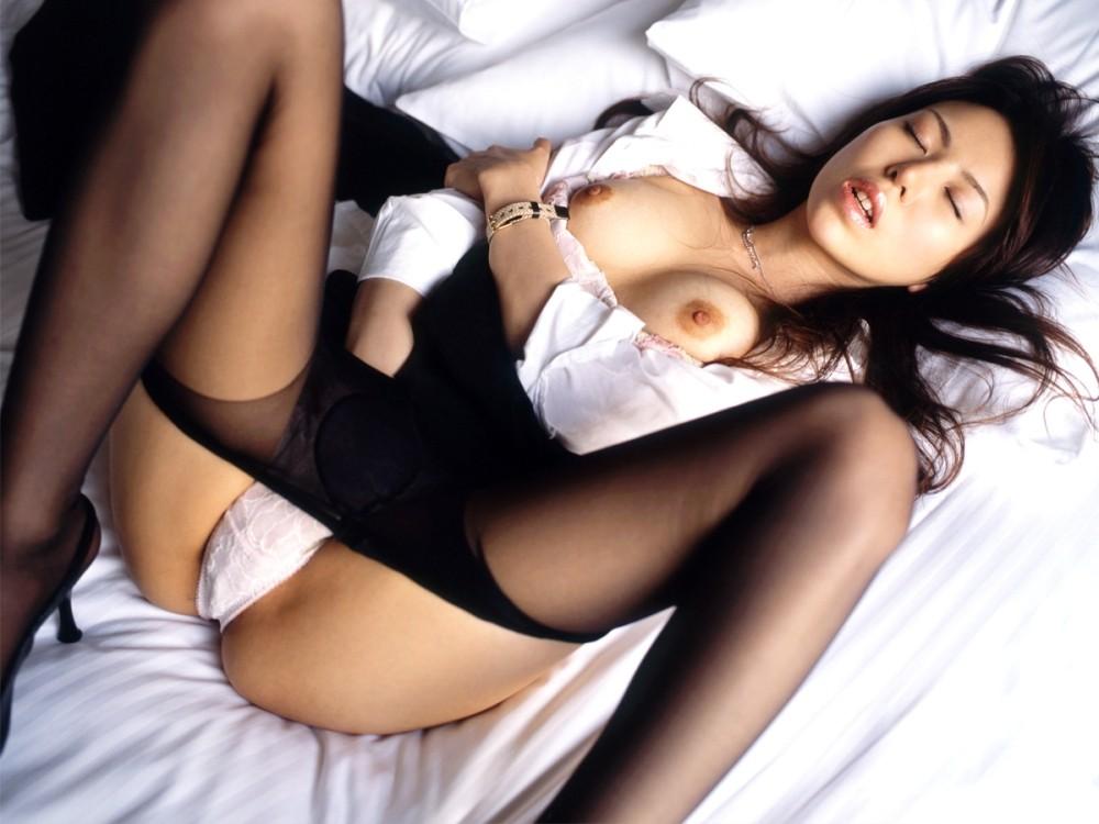 【脱衣エロ画像】やや乱れた感じがある脱衣中の着衣画像の色気がすごいwww 31