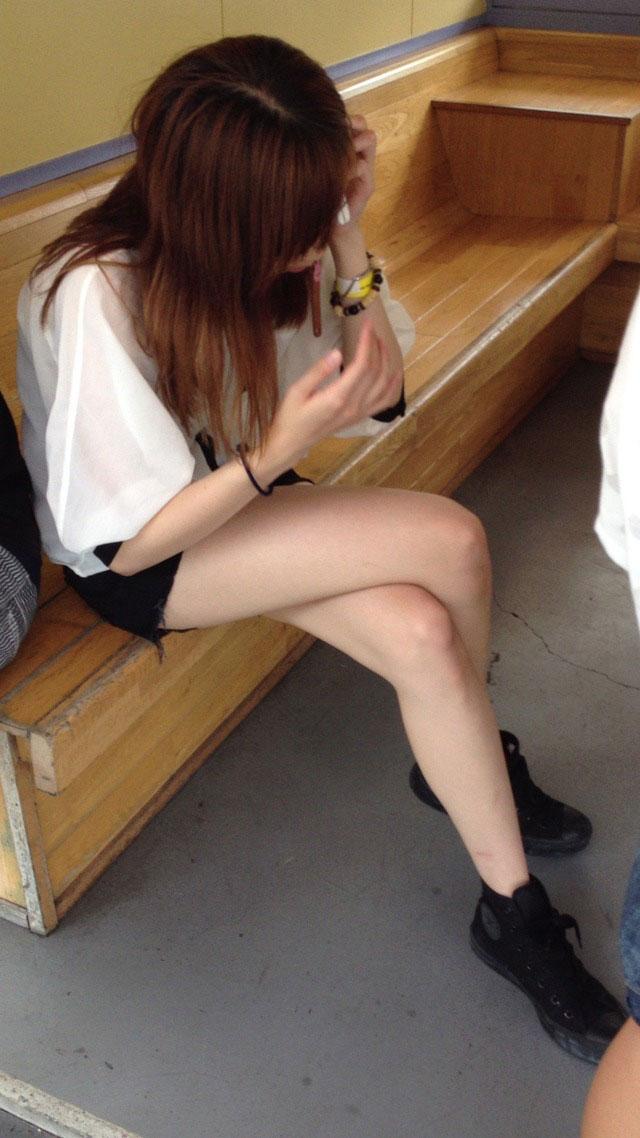 【美脚エロ画像】魅力的な美脚に色気を加える足組みという体勢についてwww 03